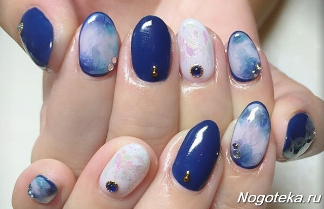 Маникюр синий мраморный