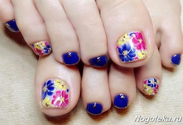 Синий педикюр с цветами