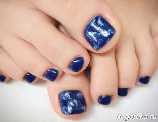 Мраморный синий педикюр